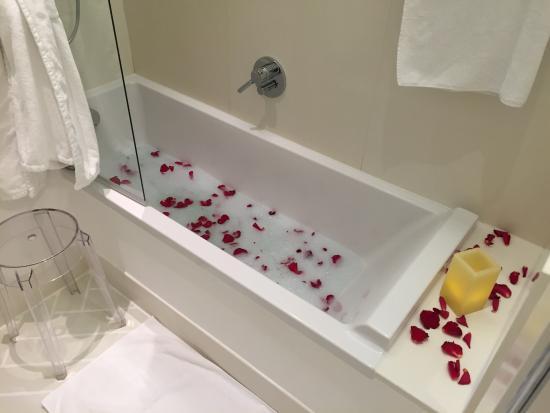 Bagno romantico gentilmente preparato per noi - Picture of Casa ...