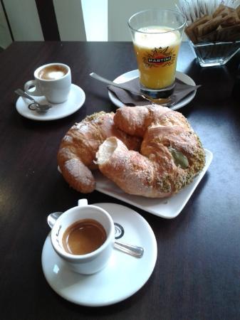 Castelletto sopra Ticino, Italie : Cornetti al pistacchio