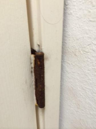 Extended Stay America - Orlando - Maitland - 1760 Pembrook Dr.: super rusty door hinges