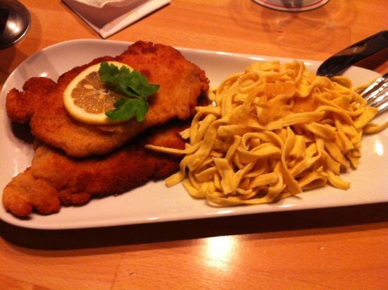 Schlehdorns Seehof: 2 panierte Schnitzel mit Spaetzle und Rahmsauce
