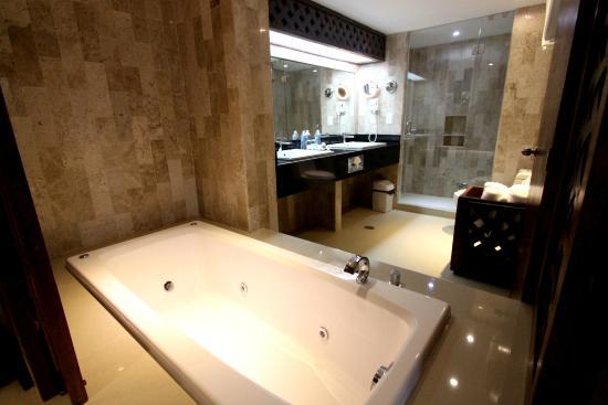 Hotel Plaza Kokai: Baño de junior suite