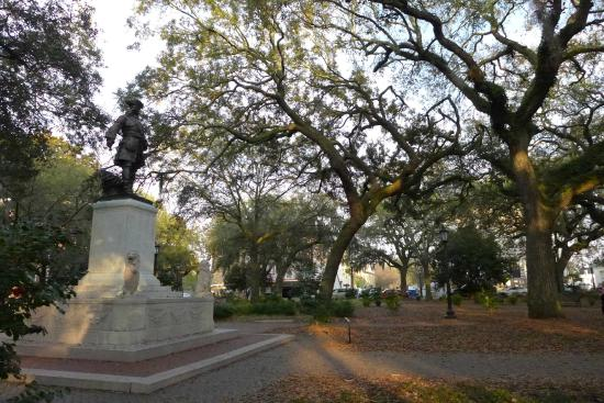 Savannah Historic District : This is the square where Forrest Gump sat waiting for the bus stop