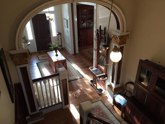Arnoldsville, GA: Hallway stairways