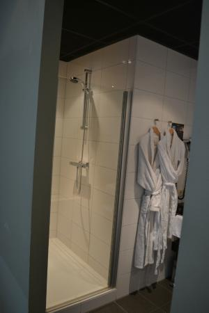 Boutique Hotel Lumiere: Badkamer (douche)