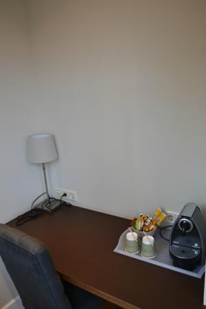 Boutique Hotel Lumiere: Werkruimte met koffie- en theefaciliteiten