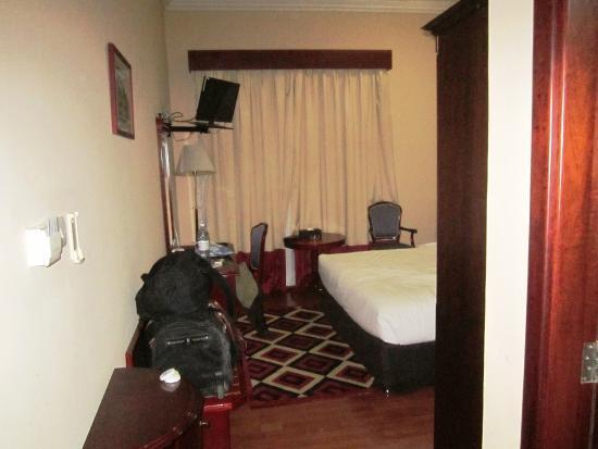 Fortune Hotel Deira: Quarto espaçoso e confortável , mas o ruído noturno deixa tudo a perder