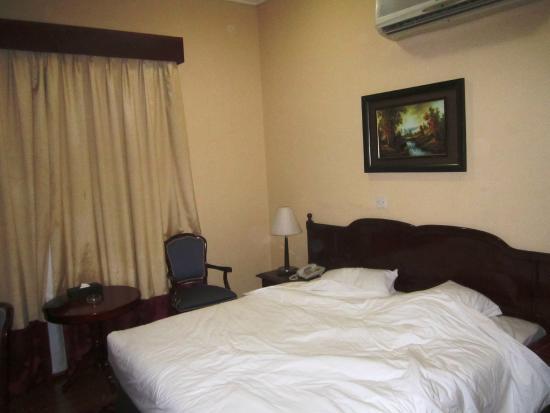 Fortune Hotel Deira: cama espaçosa e confortável, mas o ruído noturno deixa tudo a perder
