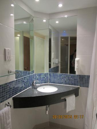 Holiday Inn Express Epsom Downs: Clean and bright bathroom