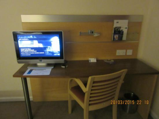 Holiday Inn Express Epsom Downs: Work desk (free Wi-Fi available in all rooms)