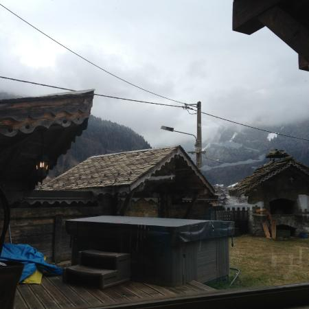 Hotel-Chalet La Renardiere: Hot tub and view