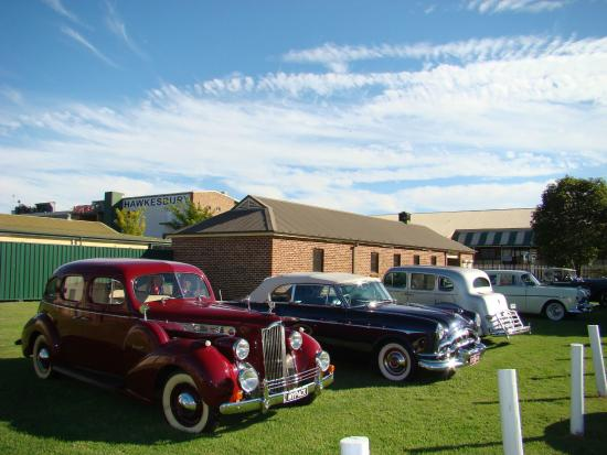 Clarendon, Australien: Cars on display during Thursday Raceday
