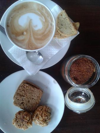 Kue Bakery and Cafe: Capuccino & glutten free cookies