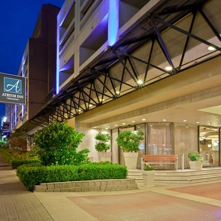 Atrium Inn Vancouver: Front of Hotel