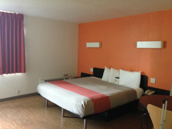 Motel 6 Miami: Cama super espaçosa