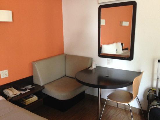 Motel 6 Miami: Mini sofá, espelho e mesa