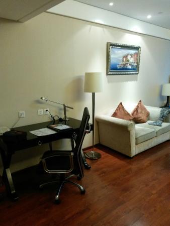 Huabin International Hotel: Письменный стол и диван