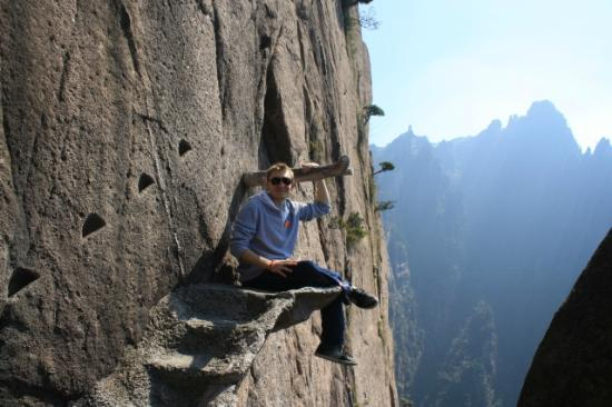 Mt. Huangshan (Yellow Mountain): Sitting on the ledge