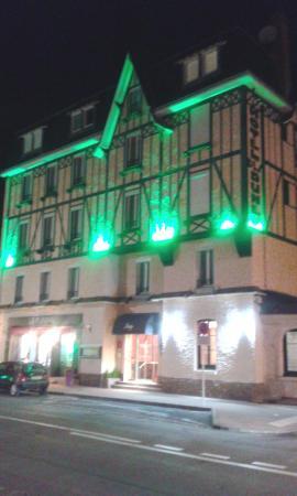 Hotel des Dunes: vue de l'hôtel de nuit