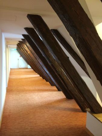 Altstadthotel Arch: Korridor mit Dachbalken