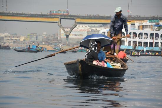 Sadarghat : punting across the river in Dhaka