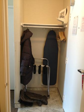 Super 8 Port Elgin: Closet