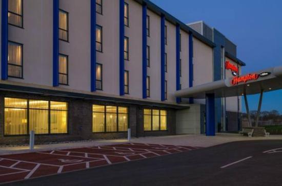 Hampton by Hilton Exeter Airport: Exterior Night