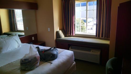 Microtel Inn & Suites by Wyndham Rogers : room