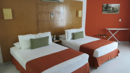 Ramada Cancun City: twin queen beds