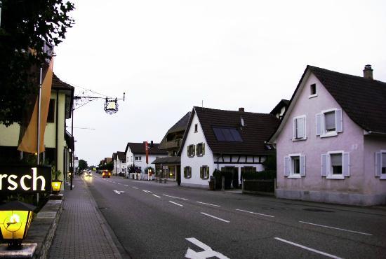 Landgasthof Hirsch: вдоль отеля