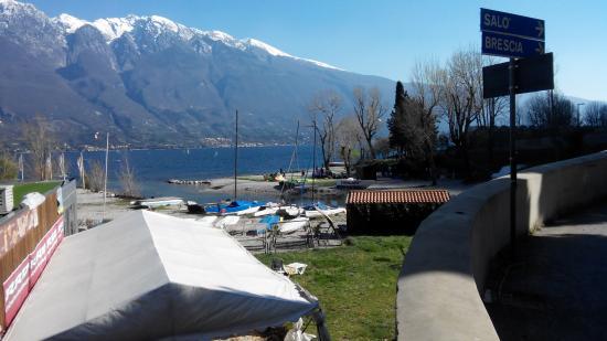 Campione del Garda, Itália: la vista verso la spiaggia da dove partono i kites