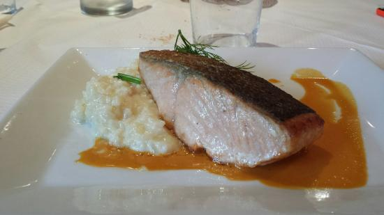 Le Bistro du Sommelier : Pavé de saumon et risotto crémeux, panna cota framboise.