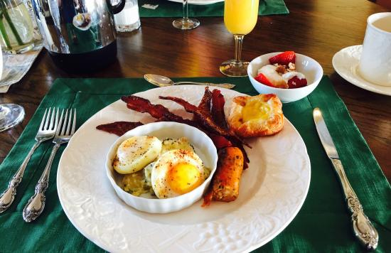 Chateau Chantal Winery and Inn: Poached eggs with artichoke sauce, brown sugared bacon, chicken sausage, Greek yogurt with walnu