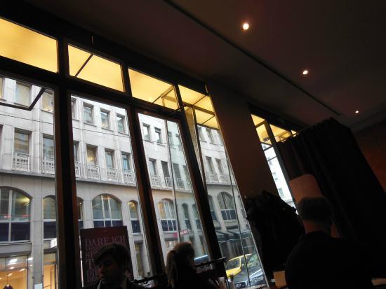 Restaurant Wrenkh : 窓が大きくおしゃれ