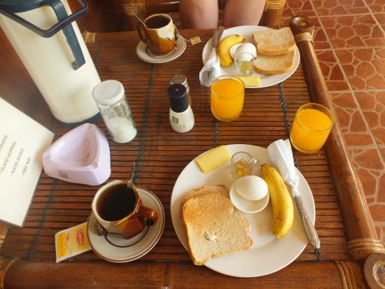 Roy's Rendezvous : Завтрак. Сырое яйцо, два тоста, маргарин, ложка джема, банан
