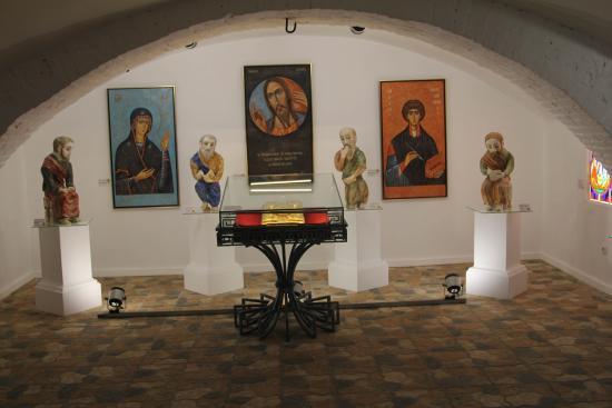 Vyatskoye, Rosja: Возвращёная святыня - Евангелие XVIII века и современная керамика