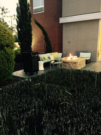 Fairfield Inn & Suites Houston North/Spring: Nice outdoor sitting area with fire.