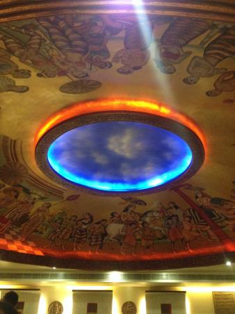 Kwality Restaurant: very beautiful ceiling decor and painting !! we love looking up sometime !