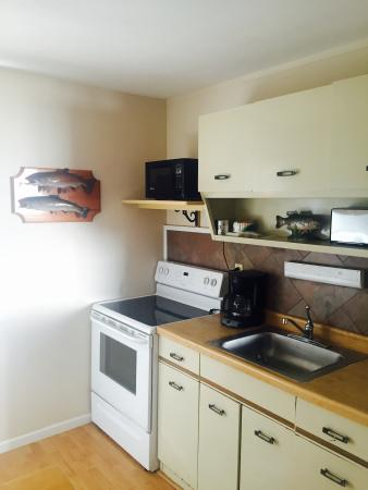 Lakeshore Resort: cabin 7 kitchen