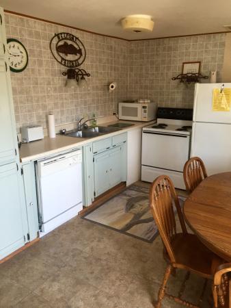 Lakeshore Resort: cabin 10 kitchen
