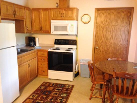 Lakeshore Resort: cabin 4 kitchen