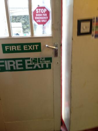 Arnside Independent Hostel & Study Centre: Fire exit won't close