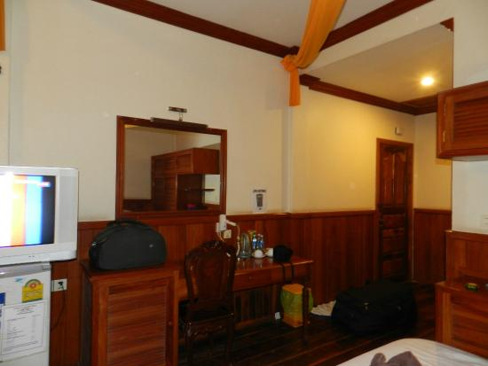 Sakura Village Guesthouse: Room was spacious and well furnished/ polished in teak wood