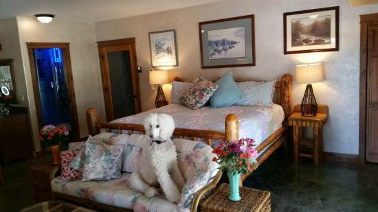 Whitefish TLC Bed and Breakfast Inn: Bear Grass King suite, pet friendly.