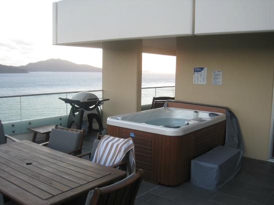 Reef View Hotel: Our balcony with BBQ and Spa Pool