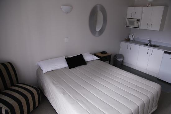 Outrigger Motel : the bed