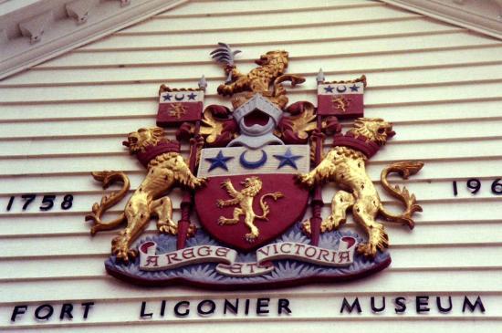 Fort Ligonier : Escudo en la fachada (foto antigua).