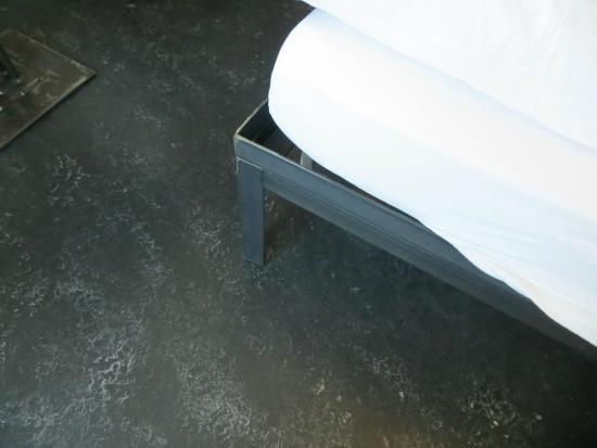 Hotel Misani: angle iron bed leg