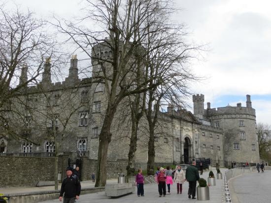 Kilkenny, Irlanda: The area around the Castle is elaborately paved