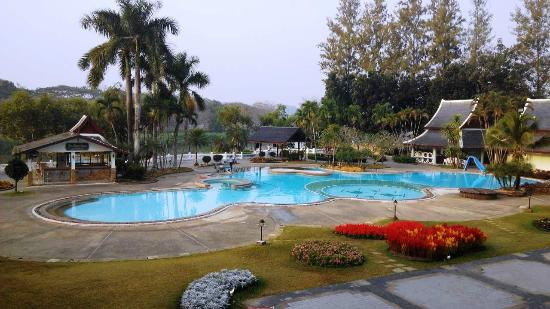 Wiang Indra Riverside Resort: swimmig pool