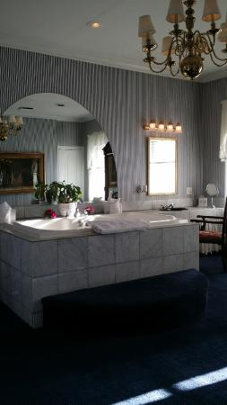 Antrim 1844 Country House Hotel: Boucher large bathroom